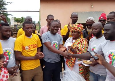 Remise de dons aux réfugiés au Ghana